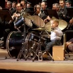 НЕВЕРОЯТНО! Това момченце е само на 3 годинки, а вече е ГОСПОДАР на барабаните (ВИДЕО)
