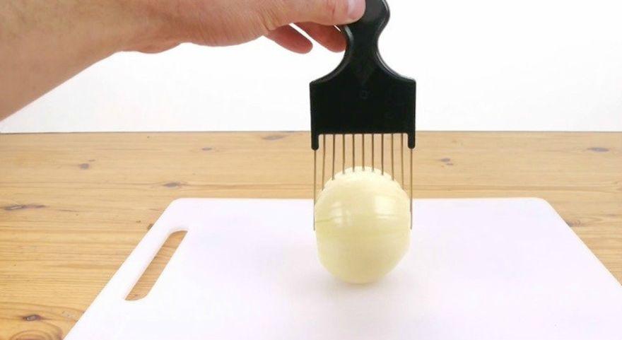 ПОЛЕЗНО! Как да режем лук (и не само) с помощта на гребен?