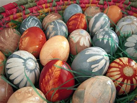 Дар от природата! Как да направите пъстри великденски яйца САМО с естествени съставки (ВИДЕО)