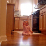 Таткото на малкото бебе се прибира вкъщи. ВИЖТЕ реакцията на детето, когато го вижда! (ВИДЕО)