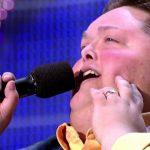 Този участник в X Factor тежи над 400 килограма… вижте обаче само как ПЕЕ! (ВИДЕО)