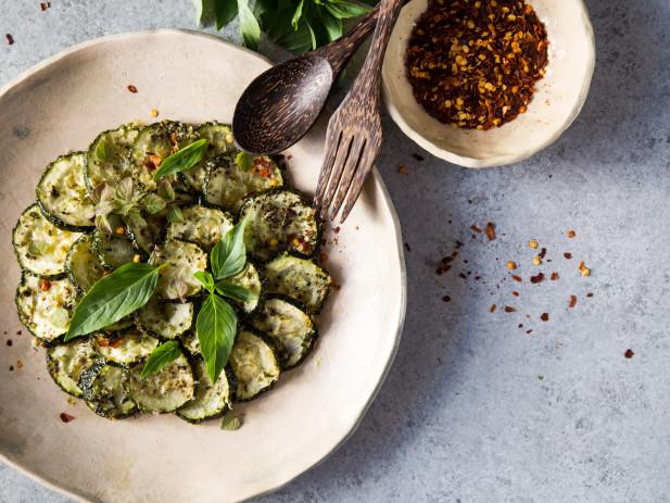 ПЕЧЕНИ, а не пържени! Вижте най-вкусната рецепта за тиквички на фурна (РЕЦЕПТА)