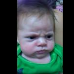 ХИТ В НЕТА: Само погледнете физиономията, която прави това бебе. Такова нещо не сте виждали! СМЯХ! (ВИДЕО)