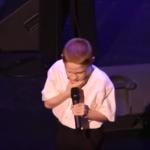 Това малко момче е незрящо и страда от аутизъм. Вижте обаче как пее! Бог го е докоснал! (ВИДЕО)