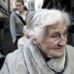 Когато бащата умира, синът води майка си в старчески дом. Преди да се спомине, тя има едно желание