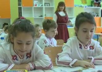 БРАВО! Ученици ходят на училище с народни носии!