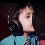 Това момченце влезе в студиото и си сложи огромните слушалки… когато започна да пее обаче… ИЗУМИТЕЛЕН ГЛАС! (ВИДЕО)