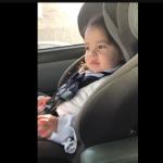 Малкото момиченце чува любимата си песен в колата. Вижте само нейната реакция! (ВИДЕО)