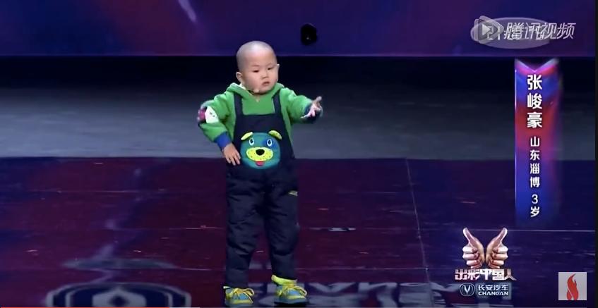 СЛАДУР! 3-годишно китайче побърка нета с уникалния си танц (ВИЖТЕ фамозното му изпълнение)