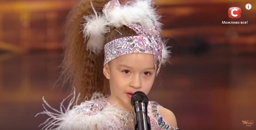 Когато я видях да танцува, не можех да повярвам, че е само на 4 години. Това дете ще ви ИЗУМИ! (ВИДЕО)