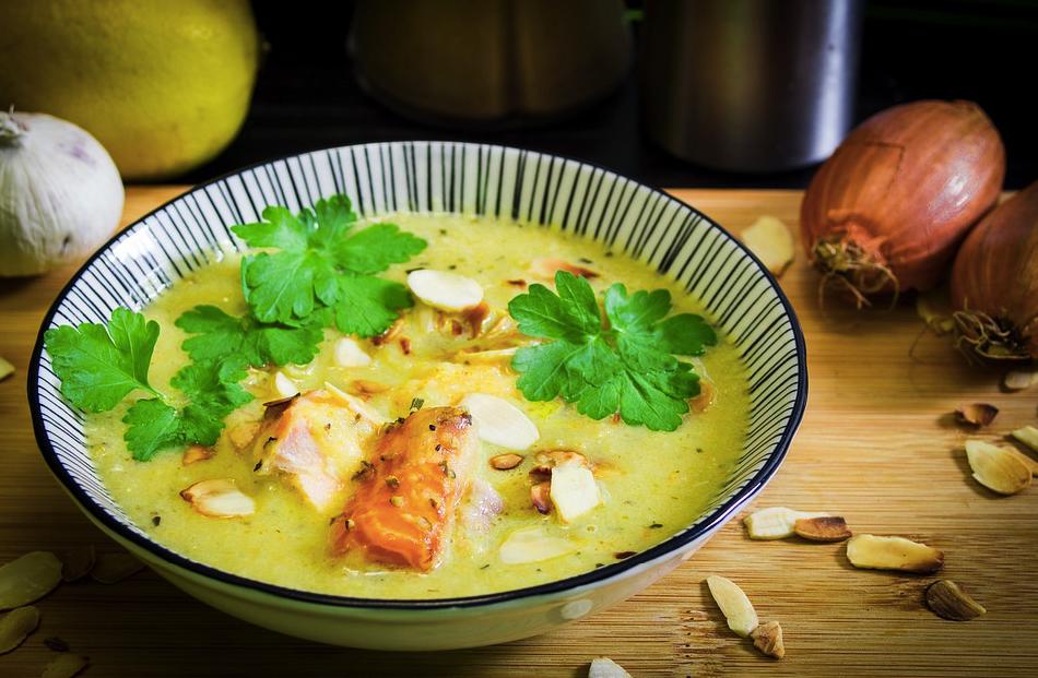 Ще си оближете пръстите с тази вкусна супа с печено пиле и карамелизиран чесън