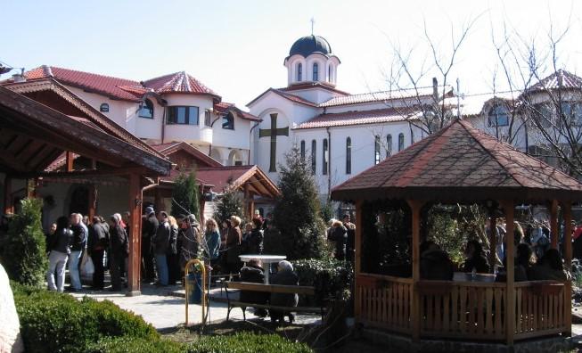 """Хиляди посещават манастира """"Свети Мина"""", защото там стават чудеса"""