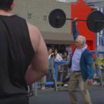 Той се маскира като 80-годишен дядо и отива на фитнес площадка. Ченетата им увиснаха на напомпаните младоци, когато видяха на какво е способен дядото! (ВИДЕО)