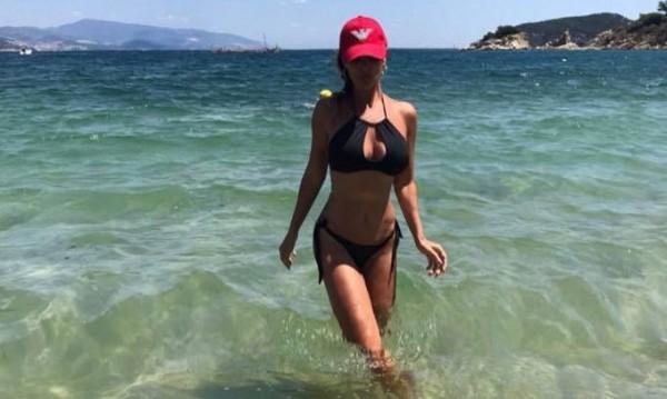 На 47, а какво тяло! Глория прикова мъжките погледи на плажа (СНИМКИ)