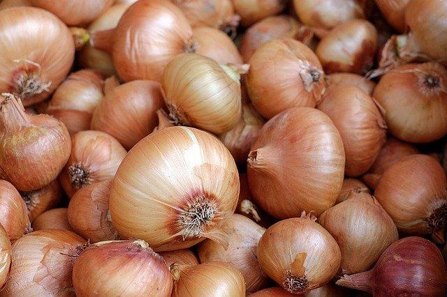 Какво се случва, когато ядем лук на празен стомах?