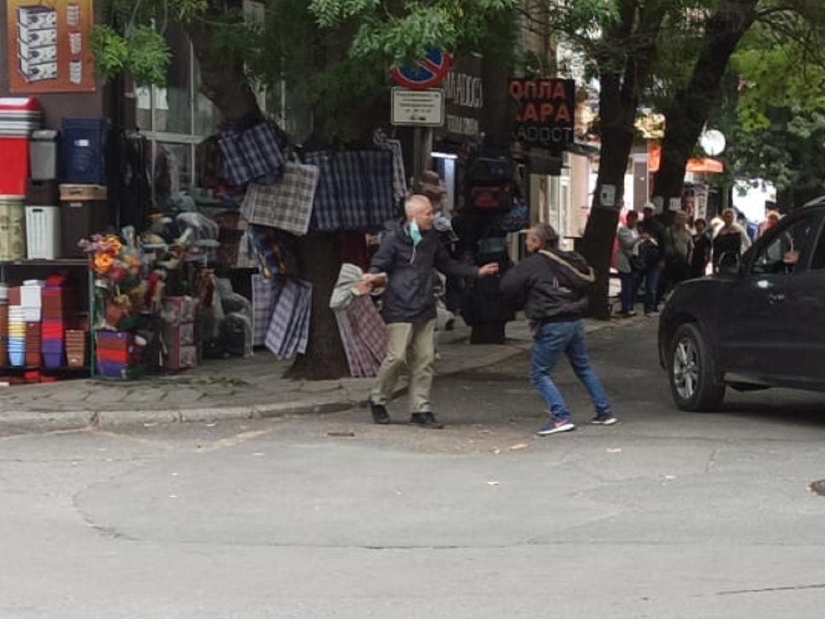 Народът полудя! Мъже се млатиха пред хората на улица в Бургас (ВИДЕО)